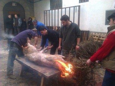 Los jóvenes de Linares implican a todos los vecinos en el matacerdo tradicional