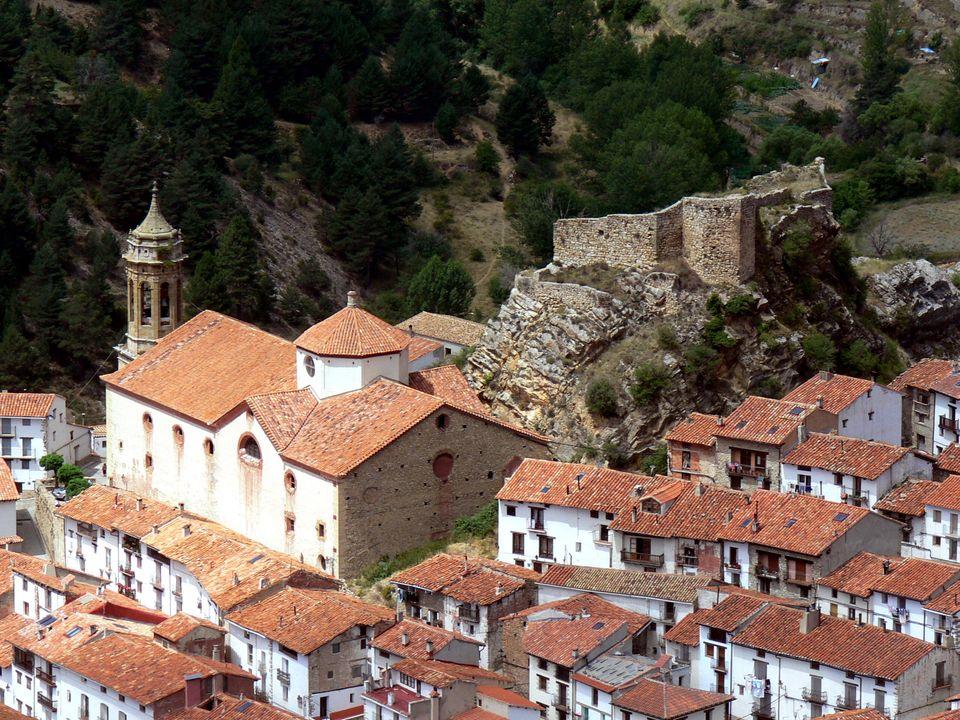 El castillo y la Iglesia parroquial presiden el casco urbano