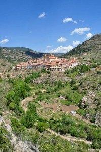 Panóramica del valle del río Linares con el pueblo al fondo