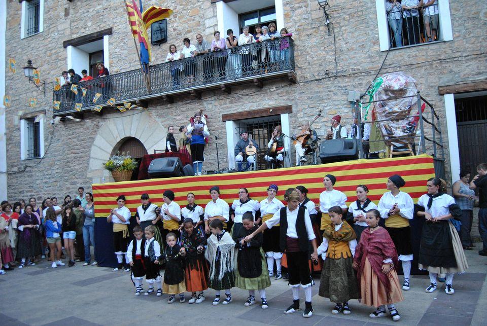 Componentes de la Escuela de Jota tras una actuación en Linares