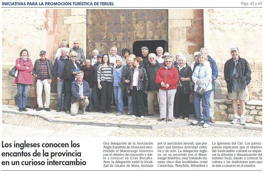 Los ingleses de Jávea posan en la puerta de la Iglesia de Linares